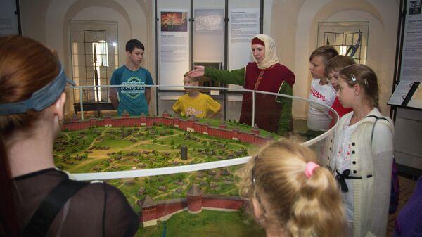 Экскурсовод у макета Смоленской крепости в музее Башня Громовая