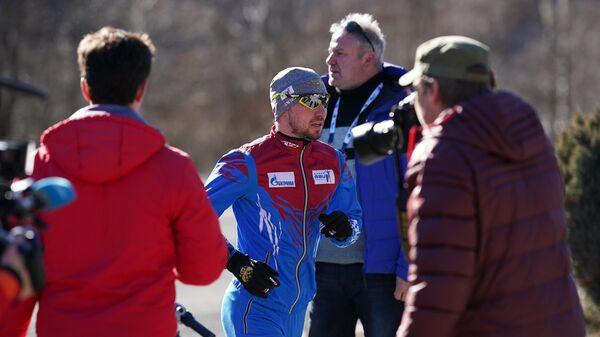 Журналисты и спортсмен сборной России по биатлону Александр Логинов