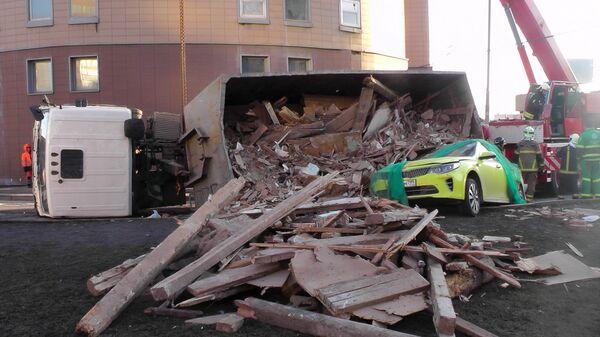 Последствия ДТП с участием мусоровоза и автомобиля такси в Москве