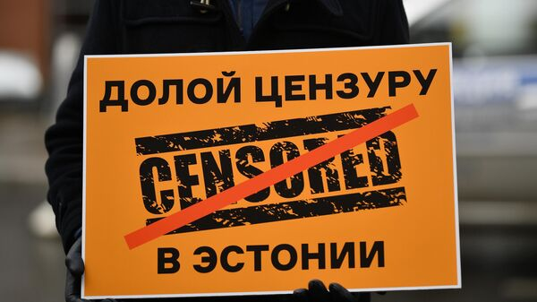 Плакат в руках исполнительного директора МИА Россия сегодня Кирилла Вышинского, участвующего в пикете у посольства Эстонии в Москве