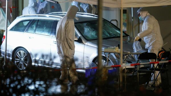 Криминалисты работают на месте происшествия в Фолькмарсене, Германия, де автомобиль въехал в толпу людей во время карнавального праздника. 24 февраля 2020