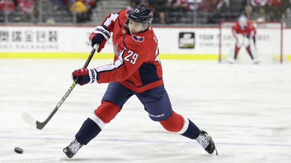 Хоккеист Вашингтон Кэпиталз Кристиан Юос в матче НХЛ против Лос-Анджелес Кингс
