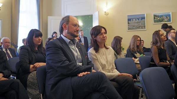 Протоиерей Александр Ткаченко и гости подмосковного хосписа слушают музыку