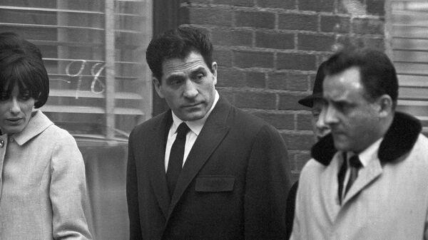 Член криминальной семьи Коломбо Джон Францезе-старший, также известный как Сонни (Сынок) покидает суд Нью-Йорка после рассмотрения дела об ограблении банка