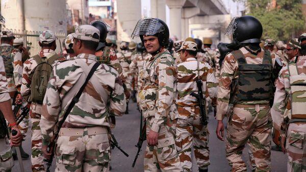 Сотрудники спецподразделений во время беспорядков в Нью-Дели
