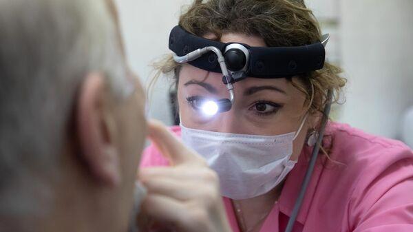 Отоларинголог принимает пациента в городской поликлинике № 68 в Москв