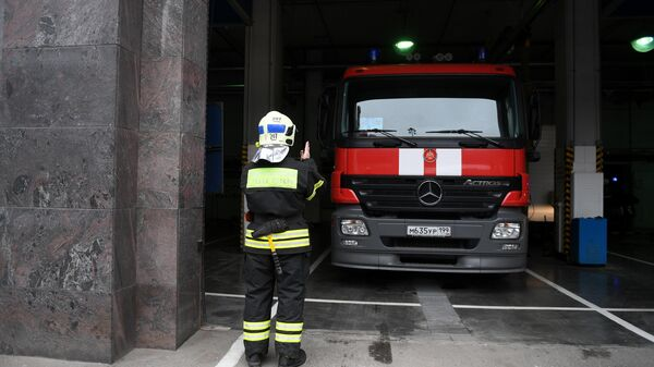 Сотрудники пожарно-спасательного центра Москвы выводят пожарную технику из гаража