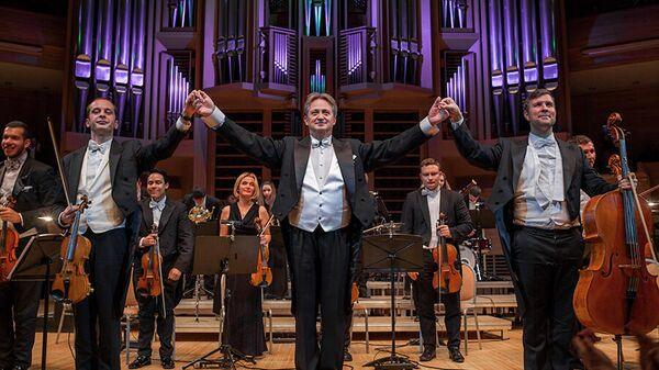 Маэстро Андраш Дэак с музыкантами Венского филармонического Штраус оркестра
