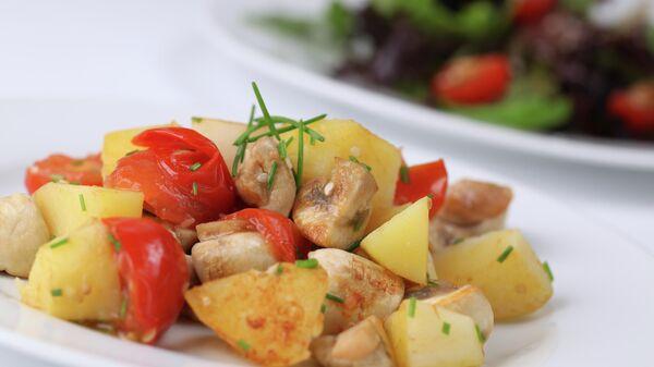 Жареный картофель с грибами и томатами черри