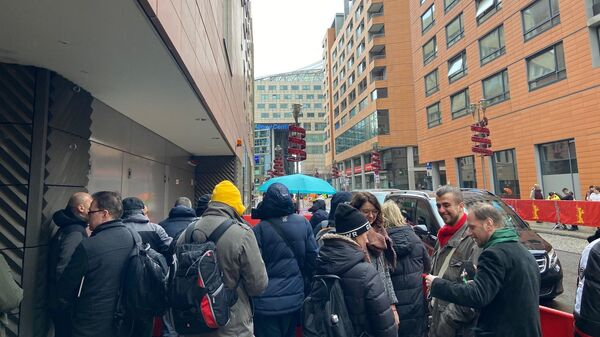 Фанаты дежурят у заднего входа в гостиницу Гранд Хайятт в Берлине