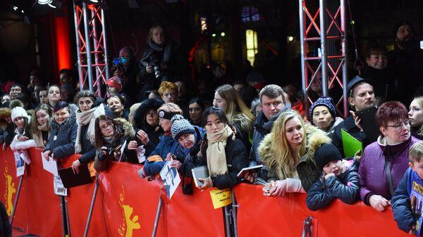 Поклонники актера Джонни Деппа во время премьеры фильма Минамата (Minamata) в рамках юбилейного 70-го Берлинского международного кинофестиваля Берлинале - 2020.
