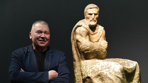 Скульптор Александр Рукавишников возле своей работы Микеланджело Буонарроти (1972 г.) на выставке в Государственной Третьяковской галерее на Крымском Валу в Москве.