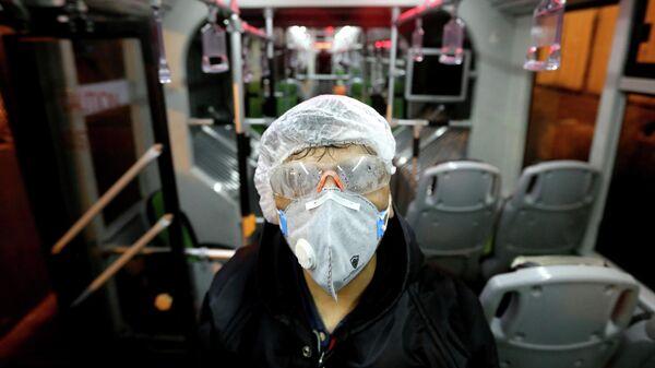 Санитарная обработка автобуса в Тегеране