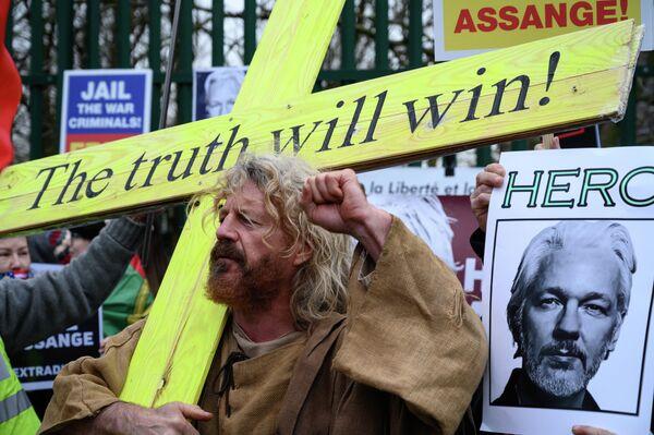 Участник акции в поддержку основателя Wikileaks Джулиана Ассанжа у здания Королевского суда Вулича в Лондоне