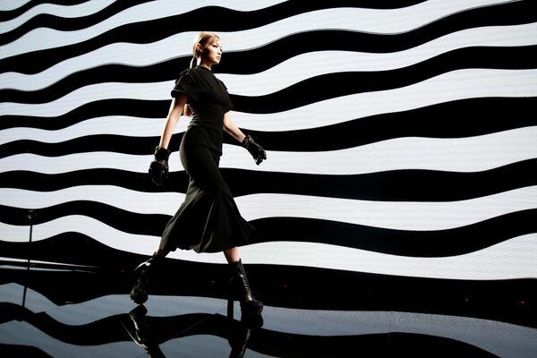 Модель Джиджи Хадид представляет коллекцию Versace  Осень-зима/2020 на Неделе моды в Милане
