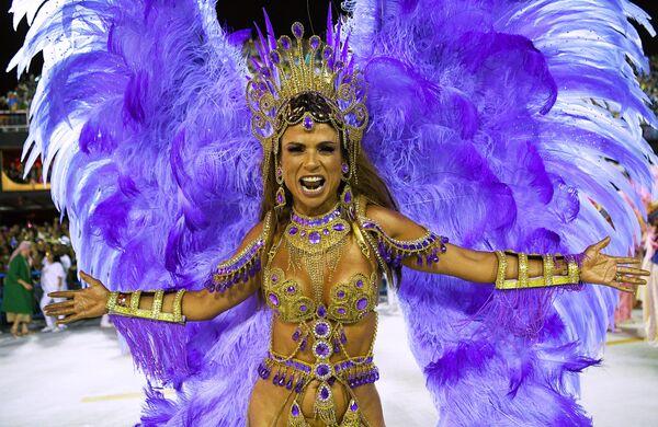 Участница школы самбы Mangueira  на карнавале в Рио-де-Жанейро
