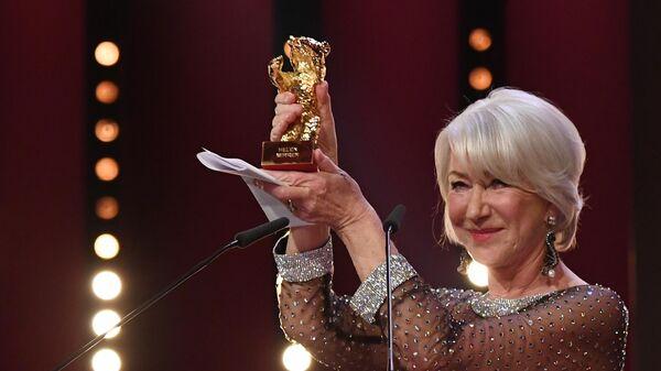 Английская актриса Хелен Миррен на церемонии награждения ее почетным Золотым медведем в рамках юбилейного 70-го Берлинского международного кинофестиваля Берлинале - 2020.