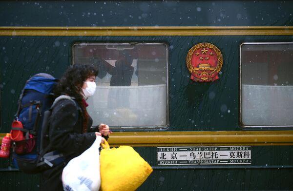 Пассажирка поезда Пекин - Москва, прибывшего на Ярославский вокзал в Москву