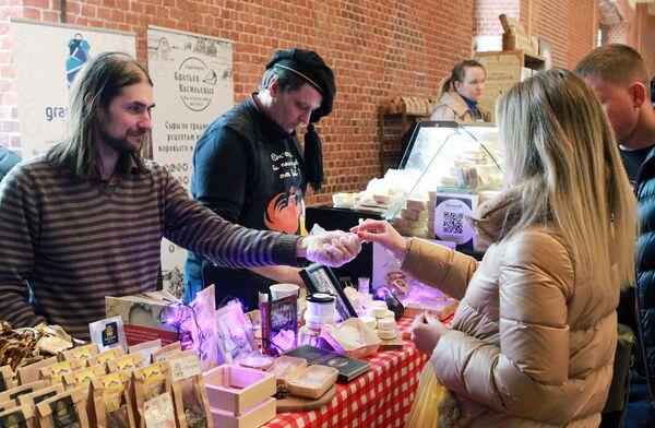 Посетители дегустируют продукты на сырном фестивале в Музее Москвы