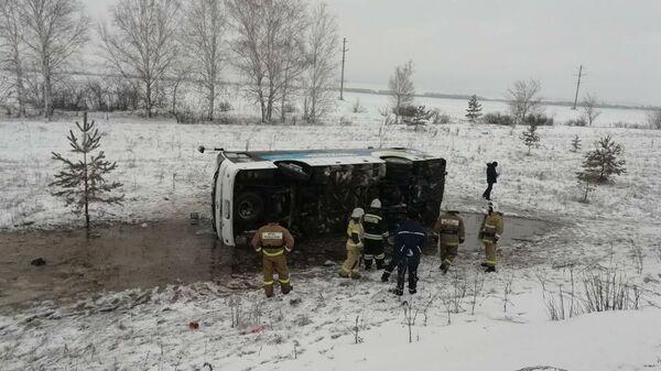 Сотрудники МЧС на месте ДТП с участием автобуса в Ульяновской области. 29 февраля 2020