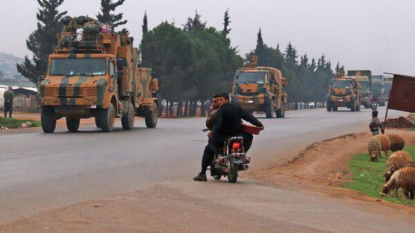Местные жители пропускают колонну турецкой военной техники в провинции Идлиб, Сирия. 28 февраля 2020