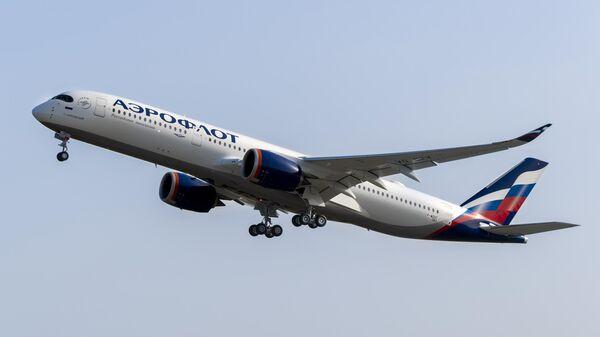 Дальнемагистральный широкофюзеляжный пассажирский самолет Airbus A350-900 авиакомпании Аэрофлот в международном аэропорту Шереметьево