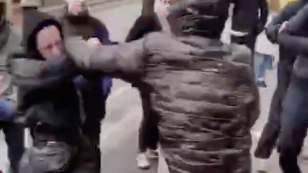 Подростки во время потасовки во время старта продаж лимитированной коллекции кроссовок Adidas by Stella McCartney Alphaedge 4D в Москве. Стоп-кадр видео очевидца