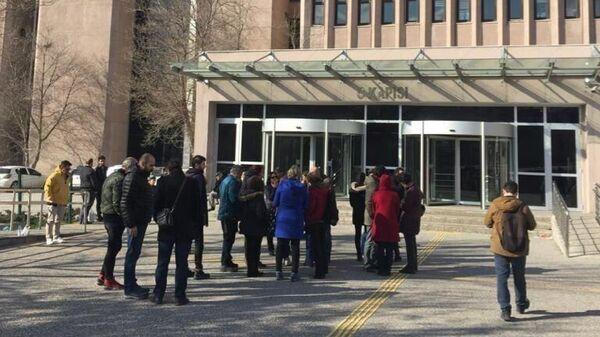 Журналисты у Дворца правосудия в Анкаре, куда привели трех задержанных сотрудников Sputnik Турция