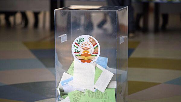 Урна с бюллетенями проголосовавших во время выборов в нижнюю палату парламента Таджикистана