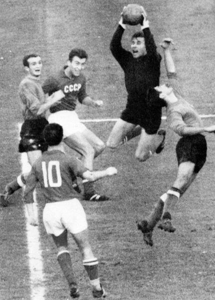 Голкипер сборной СССР Лев Яшин в матче 1/8 финала Кубка европейских наций-1964 против сборной Италии