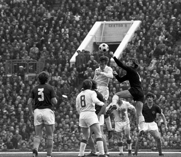 Игровой момент четвертьфинального матча чемпионата Европы 1972 года между сборными СССР и Югославии