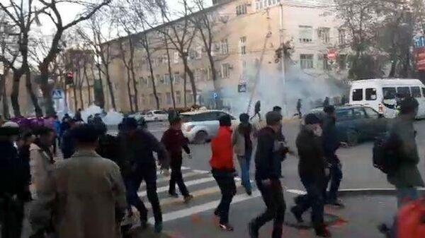 Кадры столкновения митингующих с милицией в Бишкеке