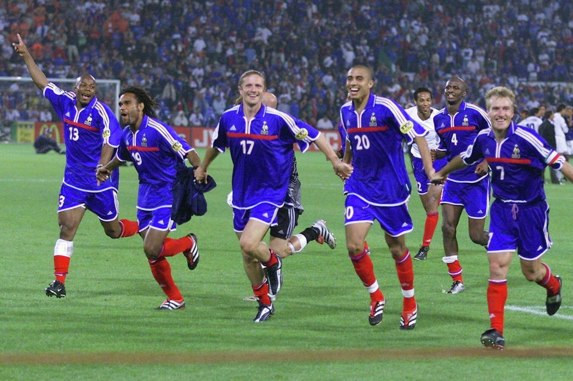 Футболисты сборной Франции радуются победе на ЕВРО-2000 - РИА Новости, 1920, 27.04.2021