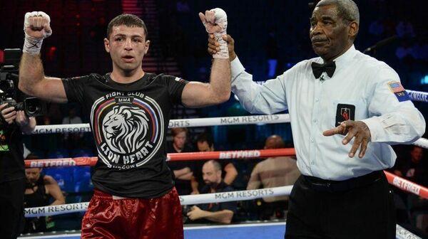 Российский боксер Петрос Ананян (слева)