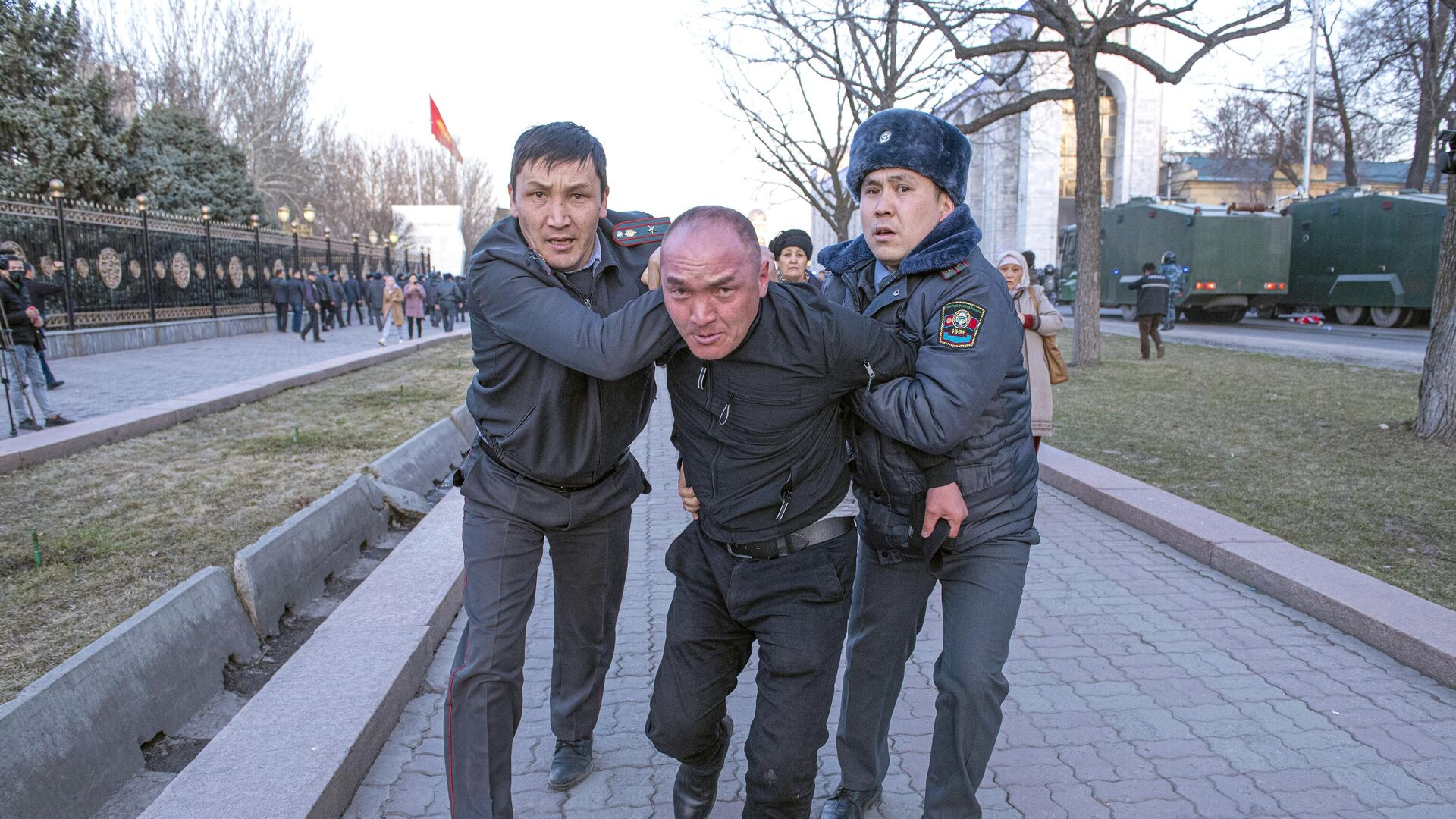 Сотрудники милиции во время задержания участника митинга в поддержку экс-депутата Садыра Жапарова в Бишкеке - РИА Новости, 1920, 03.03.2020