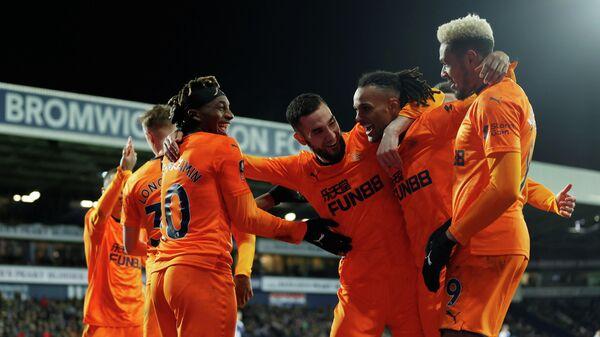 Футболисты Ньюкасла празднуют гол в матче Кубка Англии против Вест Бромвича