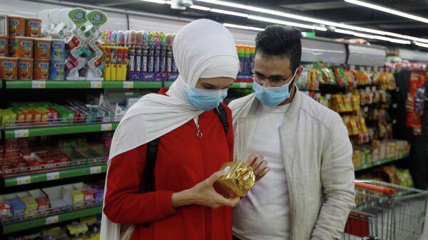 Посетители в медицинских масках в супермаркете в Багдаде, Ирак