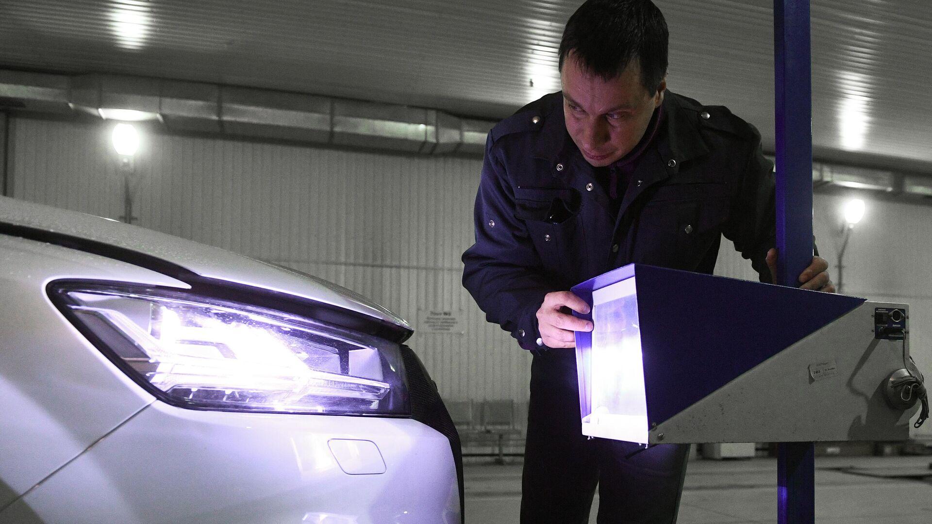 Технический эксперт проводит осмотр автомобиля на пункте техосмотра в Новосибирске - РИА Новости, 1920, 08.01.2021