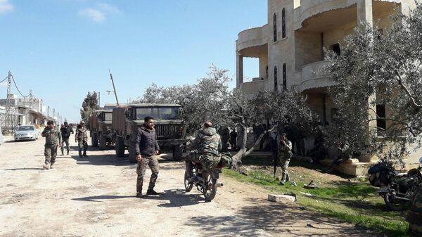 Подразделения сирийской арабской армии в освобожденном от террористов городе Хазарен в южной части провинции Идлиб
