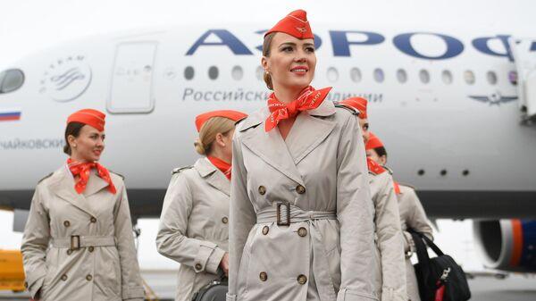 Стюардессы на презентации пассажирского самолета Airbus A350-900 авиакомпании Аэрофлот в международном аэропорту Шереметьево