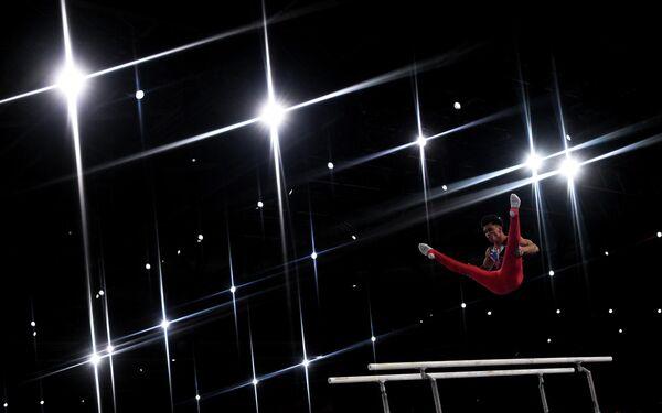 Артур Далалоян (Россия) выполняет упражнения на брусьях в личном многоборье среди мужчин на чемпионате мира по спортивной гимнастике в Штутгарте