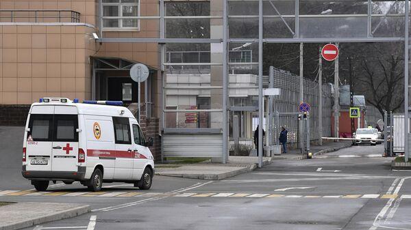 Машина скорой помощи у въезда на территорию Городской клинической инфекционной больницы имени С. П. Боткина