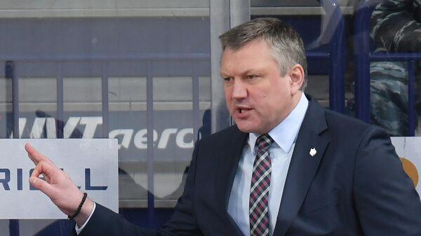 Главный тренер ХК Нефтехимик Вячеслав Буцаев