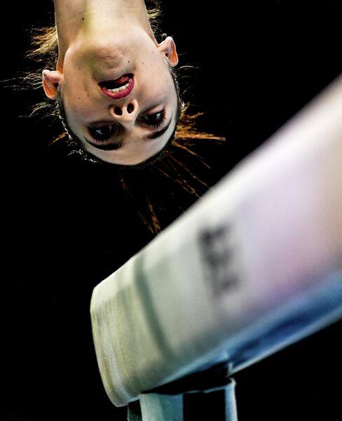 Джорджия Вилла (Италия) во время выступления на гимнастическом бревне на 8-м Европейском чемпионате по художественной гимнастике в Щецине, Польша.