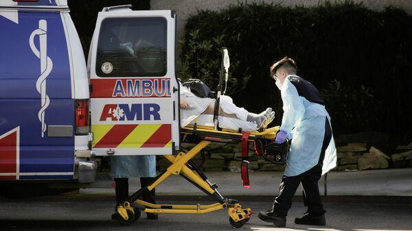 Автомобиль скорой помощи у медицинского центтра в Киркленде, США
