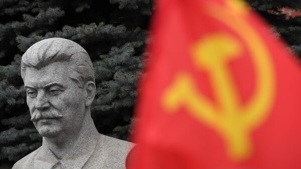 Бюст И. В. Сталина на могиле у Кремлевской стены в Москве