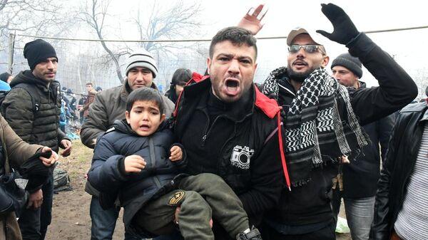 Сирийские беженцы у контрольно-пропускного пункта Пазаркуле на границе Турции и Греции