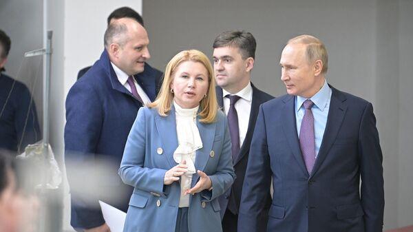 Президент РФ Владимир Путин во время посещения Ивановского парашютного завода Полёт
