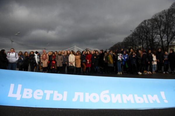 Зрители у финишной ленты забега Цветы любимым! в рамках празднования Международного женского дня на Пушкинской набережной в Парке Горького в Москве