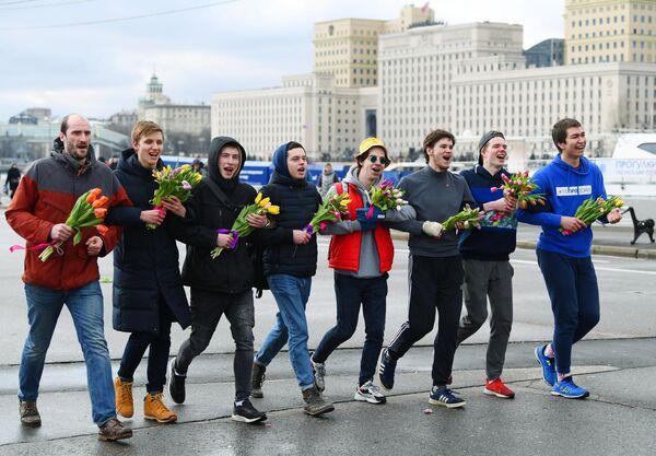 Участники забега Цветы любимым! в рамках празднования Международного женского дня на Пушкинской набережной в Парке Горького в Москве